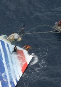 Destroços de avião da Air France que caiu durante voo Rio-Paris
