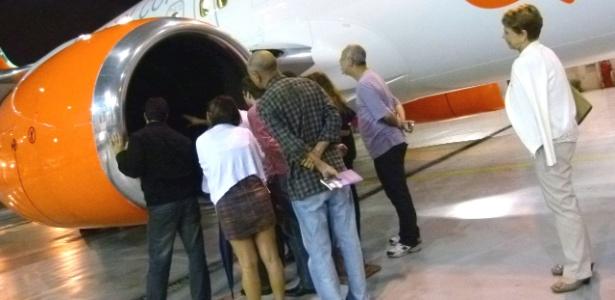 para-perder-o-medo-de-voar-fobicos-visitam-aviao-em-hangar-do-aeroporto-de-congonhas-em-sao-paulo-1364233656420_615x300