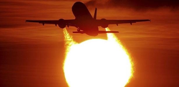 aviao-decola-durante-o-por-do-sol-no-aeroporto-de-duesseldorf-alemanha-1297280854643_615x300