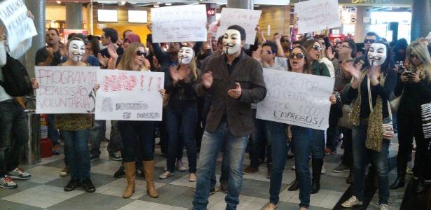 30jul13---manifestacao-pacifica-no-aeroporto-de-congonhas-em-sao-paulo-contra-demissoes-na-tam-1375282151420_615x300