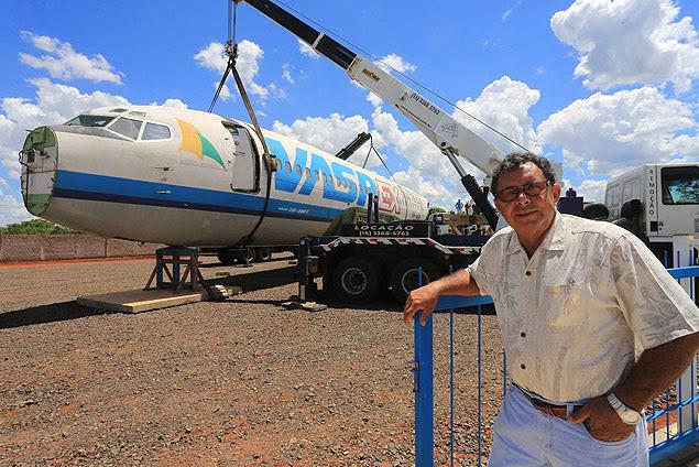 O piloto Edinei Capistrano com avião que pertenceu à Vasp; objetivo é criar uma área de eventos temática