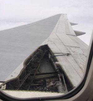 Avião perdeu parte da asa durante voo nos EUA; ninguém ficou ferido (Foto: Reprodução/Twitter/Michael Lowe)