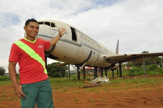 """Taguatinga, Alexandre trabalha ao lado da aeronave da TransBrasil no qual funcionará lanchonete: """"Tem gente que pergunta se vai levantar voo"""""""