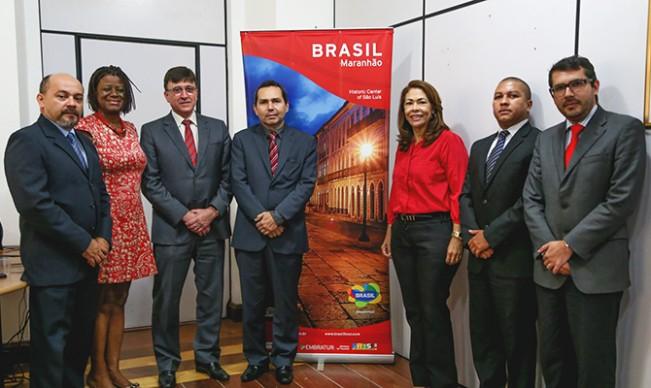 Autoridades maranhenses com o diretor de Assuntos Regulatórios da Tam, Basílio Dias