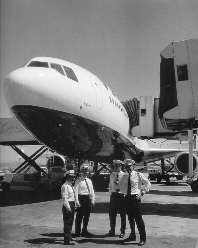Tripulantes em frente à um MD11 (Arquivo/Varig)