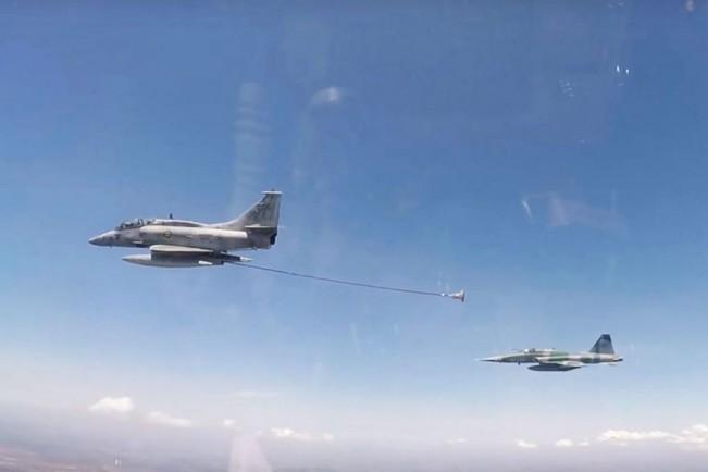 O A-4 da Marinha pode passar até 2.000 libras de combustível para os F-5 (FAB)