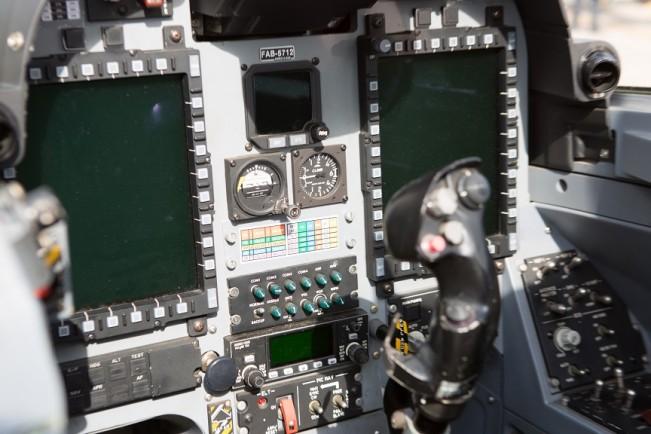 Modelo utilizado pela Esquadrilha é um avião militar de ataque ao solo (Foto: Eduardo Ferreira/UOL)