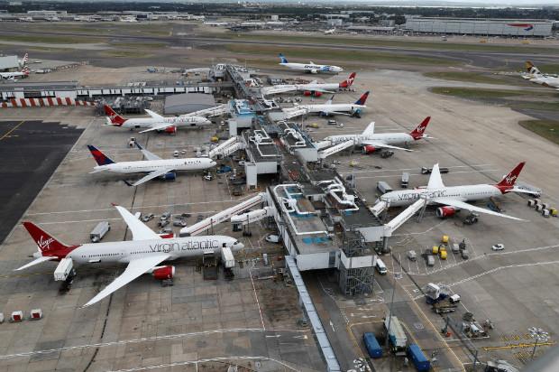 Aviões da Virgin Atlantic e da Delta Airlines no terminal 3 do aeroporto de Heathrow, em Londres