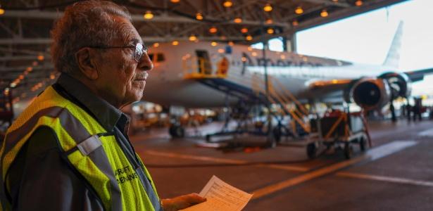Azriel Blackman confere os aviões da American Airlines em hangar, em Nova York