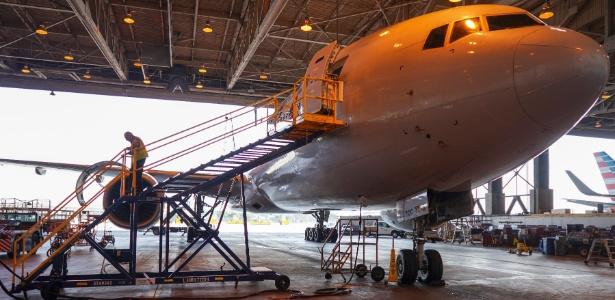Azriel Blackman trabalha cinco dias da semana verificando os aviões